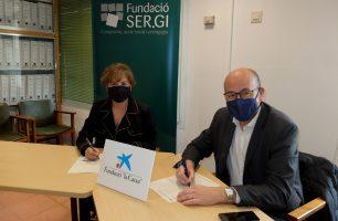 Montse Pasquina, patrona de Fundació SER.GI i Ferran Llach, director Banca institucions CaixaBank, en el moment de la signatura de la col·laboració.